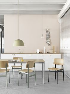 Dining room inspirations, featuring the Loft Chair, Base Table, Ambit Lamp and Pendant Lamp—all bringing new perspectives to Scandinavian design. Scandinavian Kitchen, Scandinavian Design, Interior Design Kitchen, Modern Interior Design, Kitchen Designs, Kitchen Decor, Interior Pastel, Berlin Design, Muuto