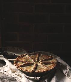 Jedno z najprostszych ciast z owocami, jakie można by sobie wyobrazić.  A jeżeli nie mamy czasu na przygotowanie w domu ciasta kruchego sh...