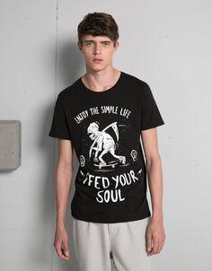 Camiseta Tattoo Dark. Descubre ésta y muchas otras prendas en Bershka con nuevos productos cada semana