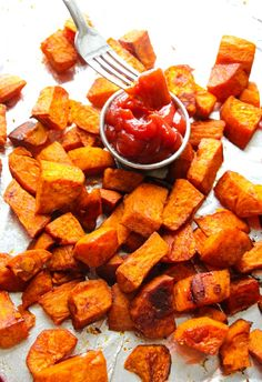 Pass on the french fries and whip up a batch of these perfectly roasted sweet potatoes. We all know that sweet potatoes are at the top of everyone's healthiest food list. This glam flavor combo will give you a real guilt-free crowd pleaser! Oven Roasted Sweet Potatoes, Crispy Sweet Potato, Healthy Food List, Healthy Snacks, Healthy Eating, Healthy Recipes, Sweet Potato Recipes Healthy, Healthy Sides, Vegetables