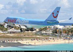 Landing low over St Maarten beach