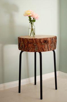 Sillita o mesa elaborada con un tronco.
