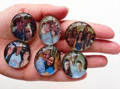 How to Make Photo Magnets - Use Dollar Tree Gems to Create Adorable Personalized Magnets - Perfect for Gifts Always running out of magnets? Make your own! Decorate your fridge with photo magnets - an easy and useful craft for all ages. Diy Resin Crafts, Crafts To Sell, Beaded Crafts, Diy Gifts For Christmas, Picture Magnets, Cadeau Parents, How To Make Photo, Diy Gifts For Mothers, Mothers Day Crafts For Kids