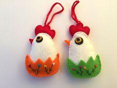 Adornos hechos a mano de pollos lindo haría un gran regalo de Pascua en su casa. Puede adornar una ventana, una pared o la mesa de Pascua. Pollo tienen un bordado de lado. Flores pequeñas bordadas con nudo francés. Todos los detalles son cosidos a mano. Rellenas de holofayber. La altura es 12 cm / 4,7 pulgadas. Precio es para dos pájaros.