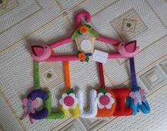 Percha personalizada, un modelo muy primaveral ideal para decorar una zona infantil. Original detalle para nacimiento, bautizo, cumpleaños, ... sorprederá.