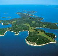 Kroatië, meer dan alleen zon, strand en zee…    Aan afwisseling ontbreekt het in Kroatië niet. De eindeloos lange Adriatische kust lokt u met een stralende zon, een kristalheldere zee, een diepblauwe hemel, brede stranden en afgelegen baaien. Er zijn tal van pittoreske oude havensteden te ontdekken die met hun vele  monumenten die van een groots verleden getuigen, kunst- en cultuurliefhebbers uit de hele wereld aantrekken.