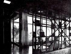 Entrada con escultura de Herbert Hofmann-Ysenbourg, Casa Rosen, Fuente de Rolando 6, Lomas de Tecamachalco. Edo. de México 1963   Arq. Manuel Rosen Morrison -   Entryway of Casa Rosen with sculpture by Herbert Hofman-Ysenboug, Lomas de Tecamchalco, Mexico City 1963
