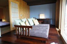 縁側も和室文化のひとつですよね。窓に視線を向け、足を伸ばしてくつろげる大きなソファを置き、アジアンリゾートのイメージに。