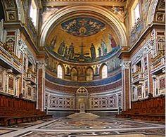 Paavin tuomiokirkko, jonka kirkkosalin päädyn koristeellinen piispanistuin on paavin virallinen valtaistuin.   Apsiksessa paavin piispanistuimen yllä on suuri mosaiikki.   Kuvattuna:  Jeesus,  Pyhä Henki,  6 Uuden testamentin hlöä,  2 muuta pyhimystä (Raamatun henkilöitä pienempiä ns. tärkeysperspektiivissä, paavi, kaikkia pyhimyksiä pienempänä, sekä eläimiä, enkeleitä ja muita ihmisiä. Catholic Bishops, Roman Catholic, Catholic Doctrine, Catholic Churches, Vatican Tours, Rome History, Art History, Hagia Sophia, Cathedral Church
