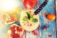 Bewusste Ernährung mit Genuss ist machbar! Stärke dich für den Tag oder gönne dir nach dem Sport einen fruchtig & leicht Power Smoothie. #power #smoothie #juicy #pomegranate #fruity