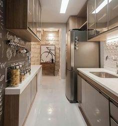Estou enlouquecida por essa cozinha! A parede lousa deu um charme TOTAL! O que vocês acharam? . Autoria Rebeca de França Se inspirem mais…