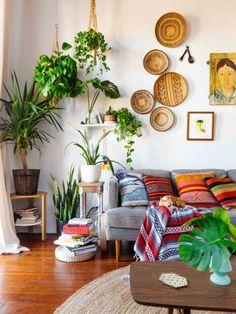 Sala de visitas com plantas e madeira