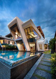 Maison de nos rêves ! Luxueuse, belle piscine, bel éclairage. Confortable, cosy, spacieuse. Forme originale.