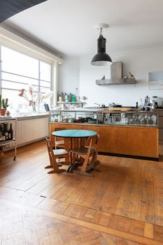 Ideas For Kitchen Interior Vintage Chairs Best Kitchen Cabinets, Kitchen Cabinet Hardware, Kitchen Wall Colors, Kitchen Paint, Green Interior Design, Interior Design Kitchen, Grey Flooring, Kitchen Flooring, Grey Kitchens