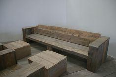 Loungen: ontspannen, relaxen, tot rust komen. Dat kan in uw eigen omgeving met deze geweldige set van gebruikt steigerhout. Deze loungeset, met open achterzijde, bestaat standaard uit een bank (220x86x43 cm), twee stoelen (100x86x43 cm) en twee hockers (60x60x43 cm). Ook kunnen wij op maat gemaakte bijpassende kussens leveren in 24 frisse kleuren. De meubels zijn natuurlijk ook los verkijgbaar. www.houtenzo.com