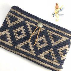 𝚁𝙸𝙴さんはInstagramを利用しています:「𖧶試作品𖧶 ✩︎⡱ トートでおなじみの➳♡゛ お気に入りの柄で クラッチも編みたくて❤︎ ココからどうにするかが決まらず⍨⃝︎💭とりあえずコンチョ置いてみました⠒̫⃝ * もう少し高さ出そうかと思います୧⍢⃝୨横幅は30㌢あるので余裕で長財布入ります♡ * *…」 Crochet Clutch Bags, Crochet Coin Purse, Crochet Handbags, Crochet Purses, Crochet Bag Tutorials, Crochet Crafts, Knit Crochet, Tapestry Crochet Patterns, Crochet Stitches Patterns