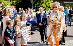 Koningin Máxima heeft op 9 juni 2016 tijdens een bezoek aan Urk een gesprek gehad met bewoners van het huizenblok dat vorige week werd getroffen door een gasexplosie.