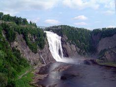 Las cataratas del Niágara son las más famosas de norteamérica, sin embargo en Quebec hay otras 30 metros más altas: las Montmorency. Formadas por el río del mismo nombre, separan la ciudad de Quebec de la de Boischatel sumergiéndonos en un paisaje impresionante que podremos disfrutar desde cualquier angulo ya que además de los paseos por su orilla podemos cruzarlas en un puente o verlas desde un teleférico...¡¡imprescindibles!!