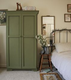 Home Interior Cocina Vintage green bedroom armoire Bedroom Green, Home Bedroom, Bedroom Vintage, Vintage Armoire, Vintage Inspired Bedroom, Aesthetic Rooms, My New Room, Style At Home, Room Inspiration