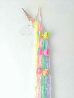 Lindo arco iris unicorn pelo arco, diseñado para a todos los pequeños bastante las pinzas de pelo de clip. Cabeza de unicornio está pintada de blanca con un acabado brillante y una rosa de oro brillaba cuerno. Cabeza de unicornio mide 12.5 pulgadas desde la punta del cuerno a la