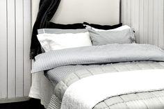 Himla er et svensk boligindretnings brand, der bare har super høj kvalitet og lækre stilfulde design. Køb klassisk stribet sengesæt og spar 25% #himla #bedsheet #covermepurewebshop #dekanvilide