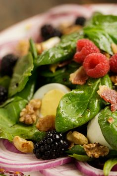 Paula Deen Spinach Salad with a Hot Blackberry Walnut Dressing - i want to eat this now! Think Food, Food For Thought, Salad Bar, Soup And Salad, Fruit Salad, Comidas Lights, Great Recipes, Favorite Recipes, Side Dishes