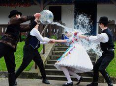 24 heures en images - Des garçons arrosent une fille à Kalocsa, en Hongrie, lors d'une répétition des fêtes de Pâques, le 17 avril.