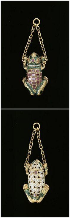 Frog Pendant - 16th Century. Gold, Enamel, Ruby. | Photo (C) RMN-Grand Palais (musée du Louvre) / Daniel Arnaudet