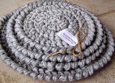 Halager: DIY - Grydelapper, bordskånere og tæppe i zpagetti-garn Crochet Home, Knit Crochet, Diy Coasters, Finger Knitting, Diy Interior, Chrochet, Double Crochet, Merino Wool Blanket, Homemade Gifts