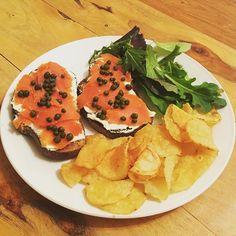 Smoked Wild Salmon Sandwich!!! 😀 #wildsalmon #salmon #lox #organic #creamcheese #capers #bread #breadworks #chips #potatoechips #bouldercanyon #babygreens