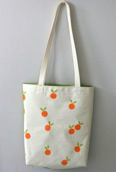 Pinned for bag design - lining is a different color from the outside Diy Tote Bag, Diy Purse, Printed Tote Bags, Canvas Tote Bags, Tod Bag, Painted Canvas Bags, Bijoux Diy, Fabric Bags, Cloth Bags