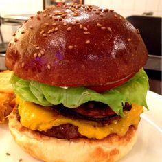 AS Aged burger vol.10@AS CLASSICS DINER。黄色く見えるのはカボチャのペースト。クリスピーなカボチャチップ、ベーコン、カボチャペーストが相性抜群です!