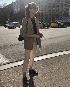 Lizzy Hadfield wearing a grey blazer, a black t-shirt, white ankle pants, black oxford flats, clubmaster sunglasses and a black shoulder bag. Spring Outfit Women, Casual Work Outfits, Winter Outfits For Work, Mode Outfits, Work Casual, Spring Outfits, Casual Office, Office Attire, Classy Outfits