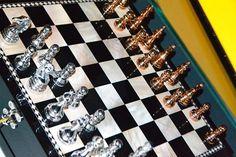 Jogos de mesa funcionam muito bem para renovar uma decoração. E ainda o jogo xadrez cria um ambiente muito mais sofisticado. Confira na Adoro Presentes, os jogos de mesa decorativos.