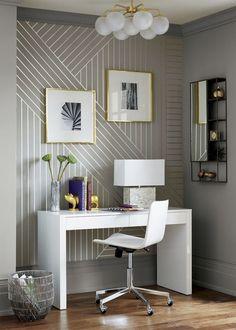 Очень крупный рисунок: полосы в разных направлениях на виниловых обоях, которыми декорирована ниша с консольным столом