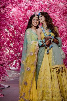 Boisterous Ludhiana Wedding of a Decorator Bride in Jaw-Dropping Looks Indian Wedding Photography Poses, Girl Photography Poses, Wedding Poses, Wedding Ideas, Wedding Pictures, Wedding Bride, Wedding Hair, Wedding Details, Bridal Hair
