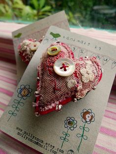 Something like this for a favor: Fabric art as pins, sachet, etc. Valentine Heart, Valentine Crafts, Christmas Crafts, Valentines, Funny Valentine, Textile Jewelry, Fabric Jewelry, Jewellery, Sewing Crafts