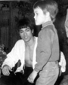 Bruce Lee, his mother in law and his son Brandon. Kung Fu, Artiste Martial, Martial Artist, Brandon Lee, Wing Chun, Bruce Lee Collection, Bruce Lee Training, Bruce Lee Family, Bruce Lee Martial Arts