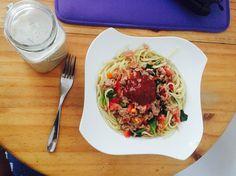 Mi almuerzo  Ensalada de atún tomate espinacas y salsa de tomate hecha en casa!! Yeee