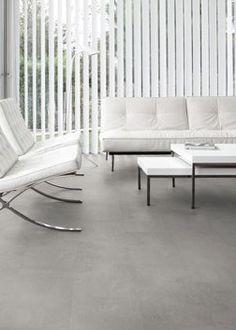 grijze betonlook pvc vloer. Deze betonlook vloer past perfect in een strak en trendy interieur. Door de witte meubels creëert u een sereen en sfeervol contrast.