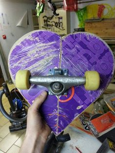 Skateboard Furniture made with a skateboard to use as a footrest, stool or simply as a decoration element to decorate … Skateboard Shelves, Skateboard Room, Skateboard Furniture, Skateboard Design, Skateboard Light, Diy Arts And Crafts, Wood Crafts, Skate Art, My New Room