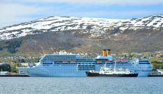 Møte i Sortland havn: Turistskipet Costa Romantica og hurtigruta MS Lofoten. Foto: Trond Gansmoe Johnsen.