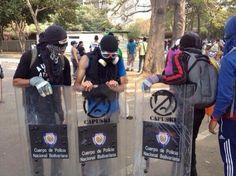 Poco a poco se van armando nuestros muchachos #UCV #12M #ResistenciaVzla 12-03-2014