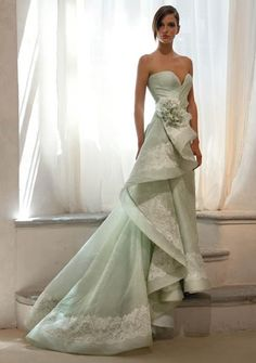 the duchess of glamour Non White Wedding Dresses, Elegant Dresses, Pretty Dresses, Beautiful Gowns, Beautiful Outfits, Vestidos Color Menta, Mint Gown, Bridal Gowns, Wedding Gowns