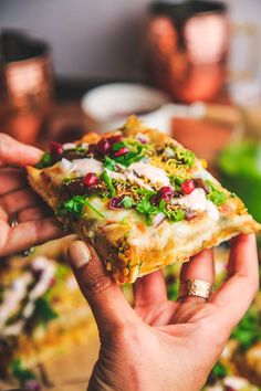 Samosa Chaat Pizza – The Chutney Life Indian Appetizers, Indian Snacks, Indian Food Recipes, African Recipes, Samosa Chaat, Samosas, Cooking Recipes, Snacks Recipes, Pizza