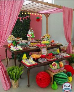 """Festa Picnic linda por @dm.decoracoes! Adorei os caixotes e as frutas na frente da mesa  #kikidsparty"""
