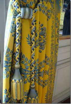 Yellow and blue.these drapes and matching tiebacks r stunning.would b beautiful with French yellow and blue toile. Drapes And Blinds, Home Curtains, Blue Drapes, Mellow Yellow, Blue Yellow, Yellow Cottage, Custom Drapes, Passementerie, Curtain Designs