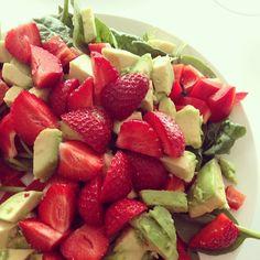 En lækker #Sommersalat m. #spinatblade, peberfrugt, #avokado og danske #jordbær Mmmmm! #Padgram