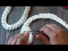Four bundles of strings. In Spanish, but very understandable. Textile Jewelry, Fabric Jewelry, Wire Jewelry, Jewelry Crafts, Braided Necklace, Rope Necklace, Handmade Bags, Handmade Jewelry, Jewelry Stores Near Me