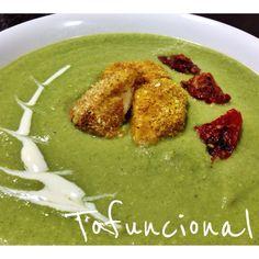 Acabei de fazer essa sopa verde que ficou uma delicia e já vim correndo compartilhar com vocês! Gosto de receitas que ficam deliciosas mesmo sem ser planejadas, e essa foi assim: cheguei e queria l…